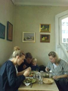 Gäster på Farbror Nikos restaurang och galleri