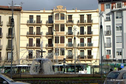 Edificios y fuente circular en la Plaza de las Merindades