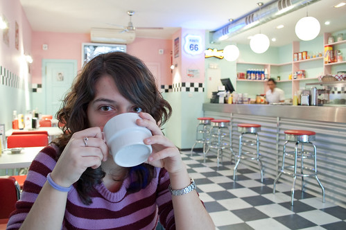 Mi hermana tomando un café en el Buddy Holly