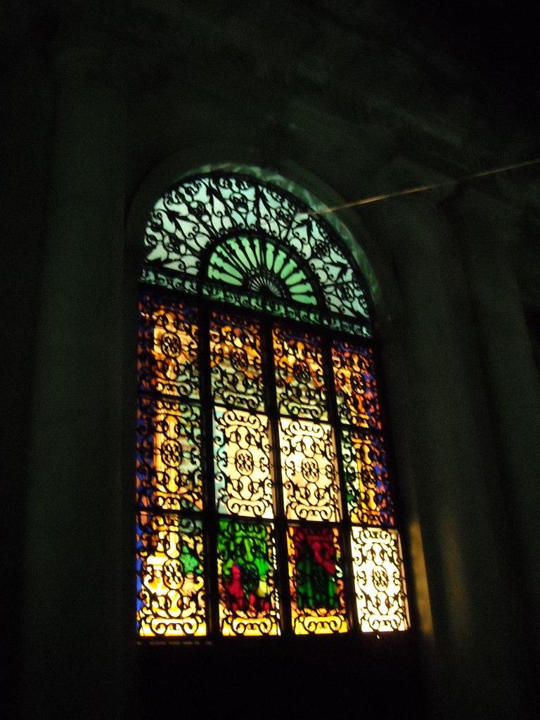 Esto si que se aprecia bien de noche, el vitral en la puerta trasera de la Rotonda