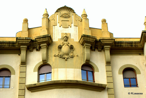 Detalle arquitectónico en la fachada de un edificio en la Avenida de Roncesvalles