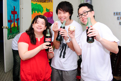 enjoying durian with coke (by 米迦)