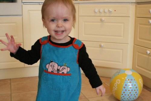 Ava leker med bollar
