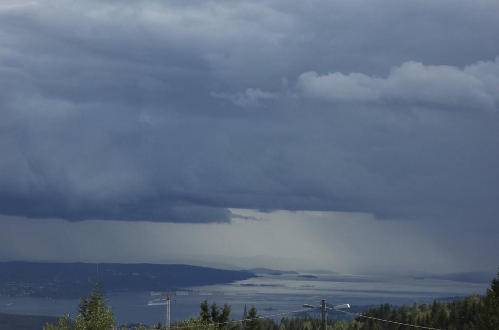 Regnbyger over Oslofjorden.