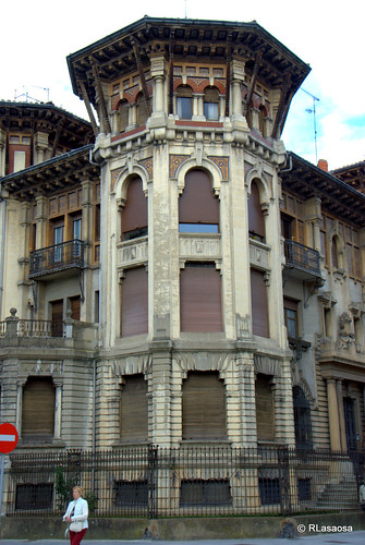 Edificio situado en la Avenida de Roncesvalles, esquina con la calle Francisco Bergamín, en el centro de Pamplona, obra de Victor Eúsa