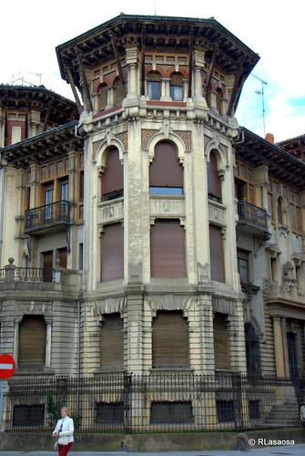 Edificio situado en la Avenida de Roncesvalles, esquina con la calle Francisco Bergamín, en el centro de Pamplona, obra de Victor Eúsa