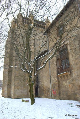 Trasera de la Capilla Barbazana, construida en el siglo XIV en el interior del recinto catedralicio.  Se trata de una torre de estilo gótico con remates piramidales e hilera de arquillos, en la que se puede ver también una gárgola de piedra.