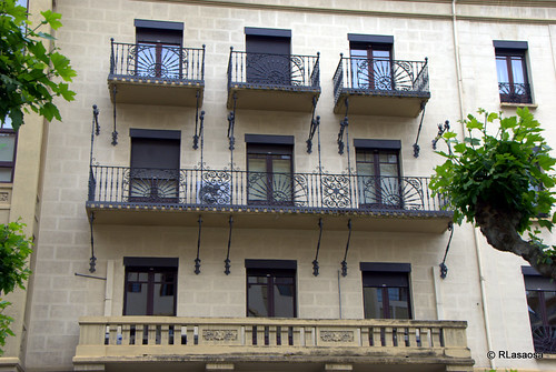 Edificio situado en la Avenida de Roncesvalles, en el centro de Pamplona