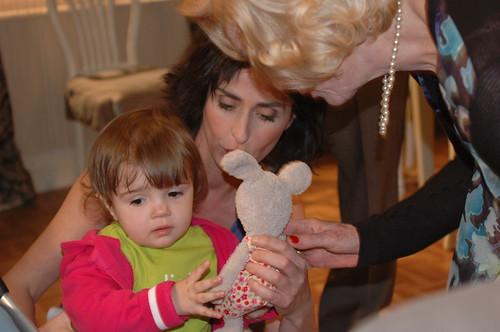 ... omringd door de liefde van mama en oma