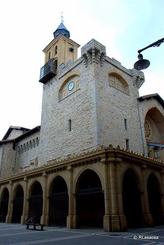 Pórtico neogótico y torre de la de la iglesia de San Nicolás.