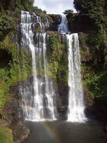 Tad Nyeuang Waterfall by swimntina.