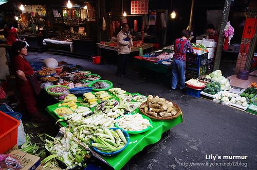 淡水龍山寺前方的菜攤。