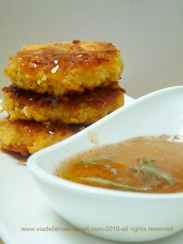 Crocchette di patata dolce alla feta e rosmarino con miele speziato