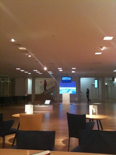ICC入口に展示されてるエキソニモの祈りのマウスとAVATAR、ちゃんと見てから2階の展示に行くと楽しいかも。http://gotexists.com/avatar/