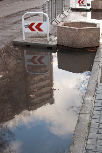 Agua, nubes y edificios