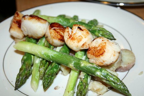 Scallops with red potatoes and asparagus