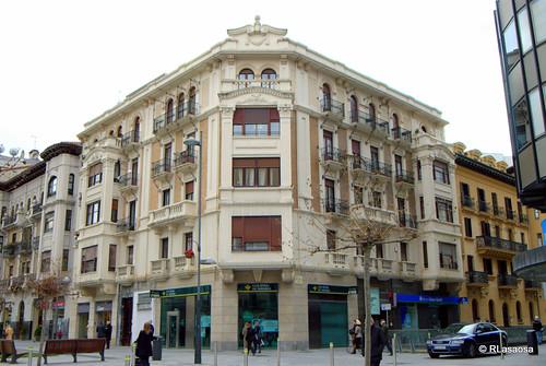 Edificio de viviendas en la confluencia de la Avenida de Carlos III y la calle Arrieta