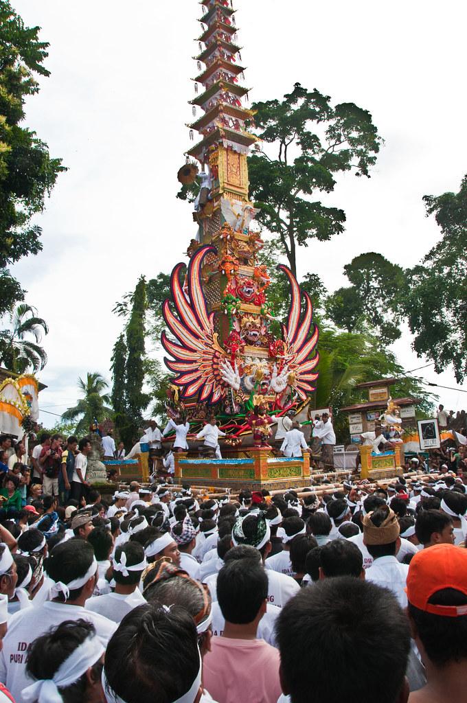 Getting the pagoda round a corner in Ubud