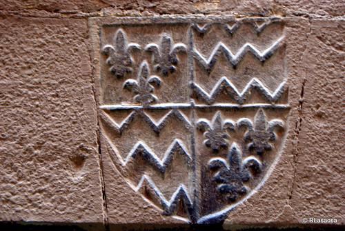 Escudo de armas visto en el dintel de una puerta de la calle Calderería de Pamplona