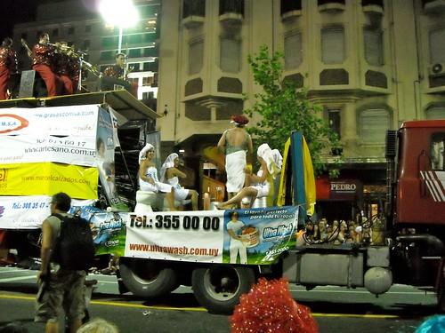 también los patrocinadores hacen su carnaval, aqui  Ultrawash