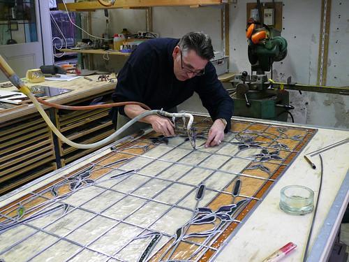 Het vervaardigen van 2 Jugendstil glas in lood panelen