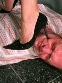 Trampling Extremo - pisoteamente com sapatos de salto-alto