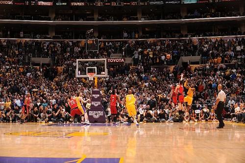 Kobe Bryant gana ante los Raptors