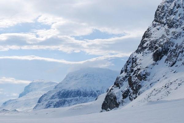 Montañas y cielo amenazador en Laponia