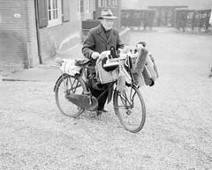 Borstelkoopman op de fiets / A brush salesman ...