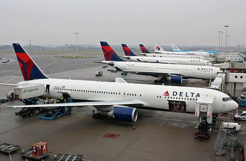 Boeing 767-332/ER, Delta Air Lines, Amsterdam - Schiphol (AMS / EHAM) 23.01.10 (by eisenbahner)