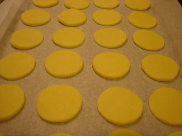 Alfajores on tray before baking
