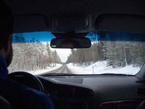 Snölandskap utanför bilfönstret