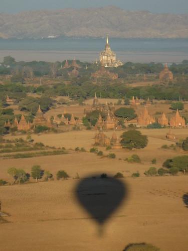 Unser Ballon vor dem Tempelfeld