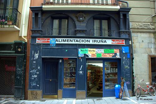 """Fachada del comercio """"Alimentación Iruña"""", en la calle Mercaderes"""