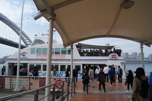 渡輪沒有很大台,大概可以裝一百人左右