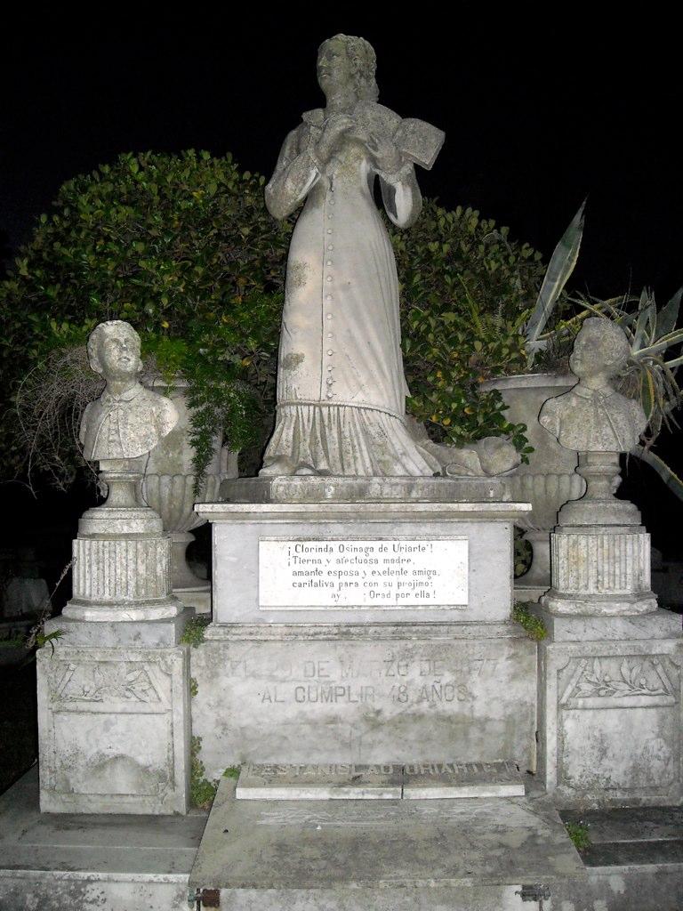 Doña Clorinda Ozinaga de uriarte murió en el 1877, a los 48 años y mirá la tumba que le hicieron.