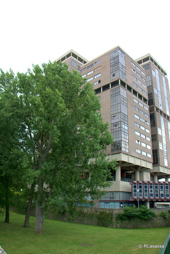 "El ""Edificio Singular"" visto desde la Avenida de las Navas de Tolosa."