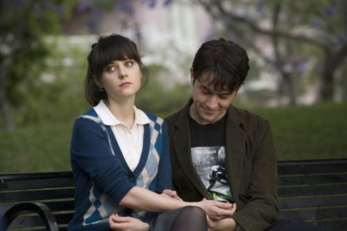 在公園裡,把手臂借給Tom做畫布的Summer,但表情若有所思。