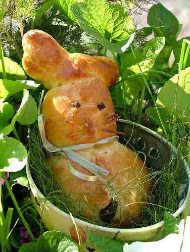 easterbunny in a flowering pot1