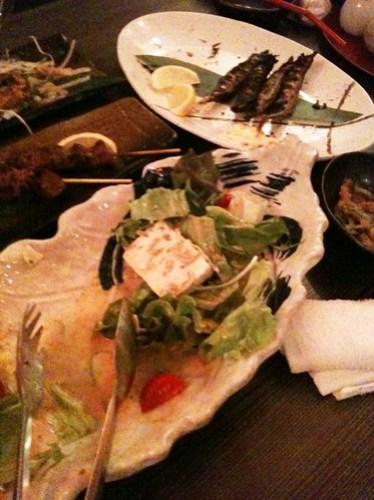 サラダ、シシャモ、串焼き