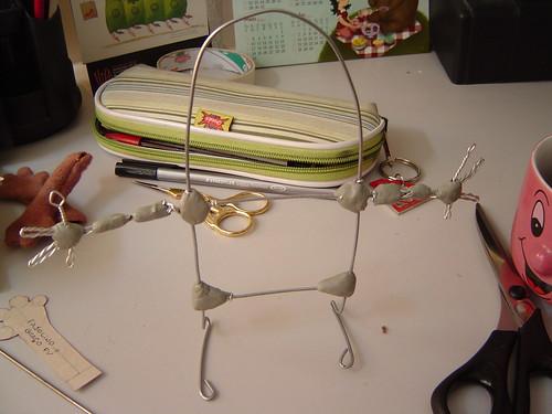Esqueleto metálico do boneco