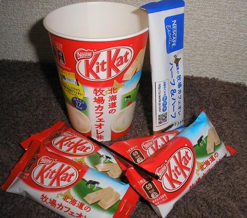 北海度の牧場カフェオレ (Hokkaido Farm Café au lait) Kit Kat with coffee