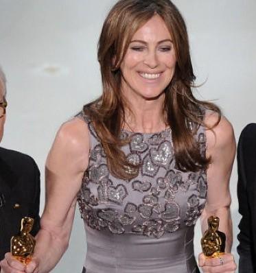 Bigelow holding her Oscars