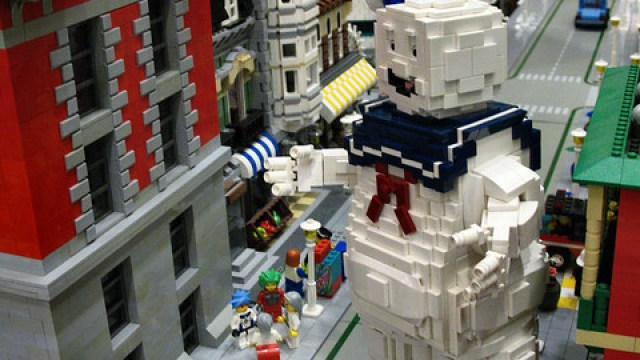 b3bf5530c6 LEGO Stay Puft Marshmallow Man Fighting The Ghostbusters