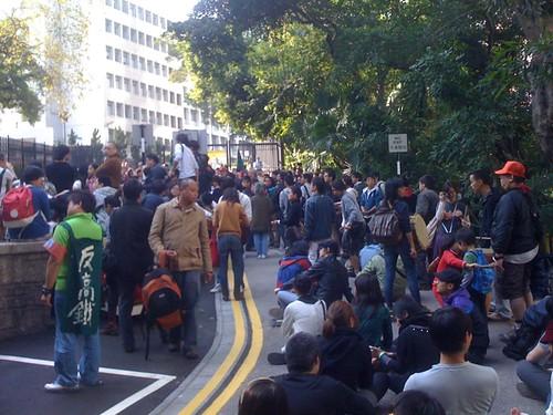 四百名市民已苦行上政府總部,等待開閘 #stopxrl