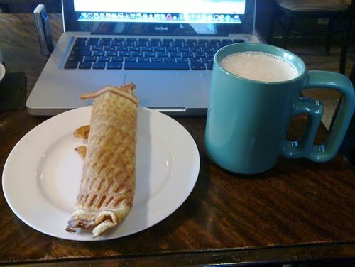 Про меня вспомнили и принесли раф-кофе и большую трубочку со сгущенкой.