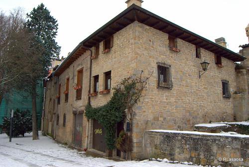 Ronda del Obispo Barbazán, paseo peatonal situado justo detrás de la Catedral de Pamplona, que recorre la línea de murallas existente entre el baluarte de Labrit y el baluarte del Redín