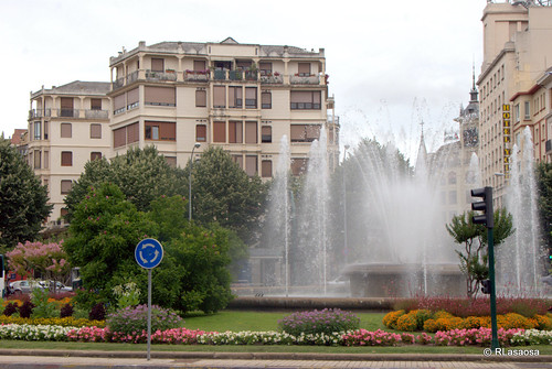 Edificio de viviendas en la Plaza Príncipa de Viana, Pamplona, con la fuente y el jardín en el medio.