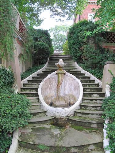 horseshoe fountain