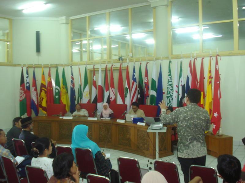 Suasana bedah buku Tangan-Tangan Amerika di Museum Konferensi Asia-Afrika, Selasa (20/07/2010).
